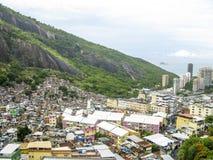 Montanha coberta por casas pobres - Favela - Rio de janeiro imagens de stock