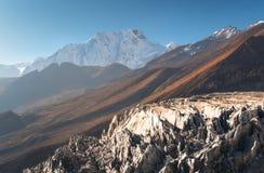 Montanha coberto de neve contra o céu azul no nascer do sol Imagem de Stock Royalty Free