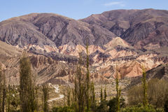 Montanha colorida com ocre e laranja Fotos de Stock