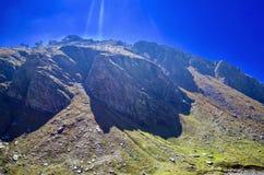 Montanha colorida no dia ensolarado! Fotografia de Stock Royalty Free