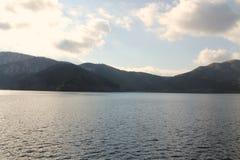 Montanha com um lago fotos de stock