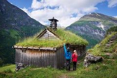 A montanha cultiva ao longo do fiorde de Geirangerfjorden, Noruega imagem de stock