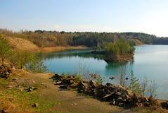 Montanha da areia acima do lago azul fotografia de stock royalty free