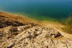 Montanha da areia acima do lago azul fotos de stock royalty free