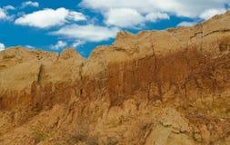Montanha da argila em um poço aberto Foto de Stock Royalty Free