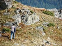 Montanha da escalada do homem fotografia de stock royalty free