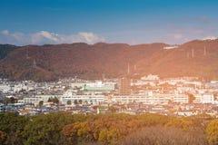 Montanha da estação do outono na residência do centro foto de stock royalty free