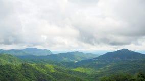 Montanha da floresta e as nuvens Imagens de Stock Royalty Free