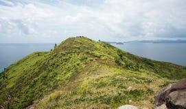 Montanha da ilha: Terra e mar imagens de stock