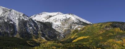 A montanha da mó localizou perto de montículo com crista Fotografia de Stock Royalty Free