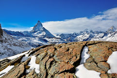 Montanha da neve com céu claro Imagens de Stock