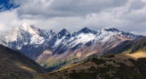 Montanha da neve de quatro meninas imagem de stock royalty free