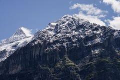 A montanha da neve dos cumes imagem de stock