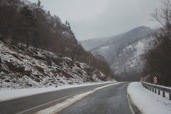 Montanha da neve e estrada da neve Foto de Stock