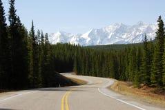 Montanha da neve e estrada de enrolamento imagens de stock