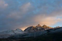 Montanha da neve na luz do sol do nascer do sol Fotografia de Stock Royalty Free