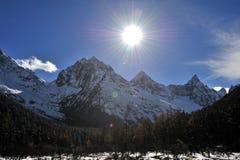 Montanha da neve no luminoso Fotografia de Stock