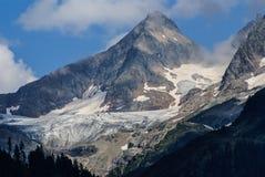 Montanha da neve sob o céu azul nos gadmen, Suíça Imagem de Stock