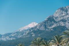 Montanha da neve sobre a estância turística quente fotografia de stock royalty free
