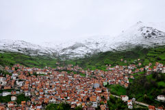 Montanha da neve sobre a vila Fotos de Stock Royalty Free
