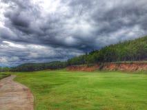 montanha da peça do carro da grama verde de nuvem preta Foto de Stock