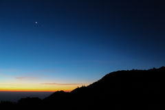 Montanha da silhueta com fundo da estratosfera do céu do nascer do sol Imagens de Stock Royalty Free