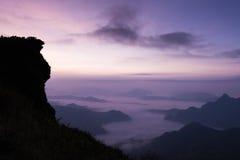 Montanha da silhueta do Fahrenheit do qui de Puu com o céu no alvorecer em Chaingrai Tailândia norte Fotos de Stock Royalty Free