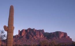 A montanha da superstição incandesce vermelha, Phoenix, Az fotos de stock royalty free