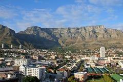 Montanha da tabela em Cape Town com opinião da cidade Imagem de Stock Royalty Free