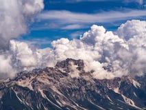 Montanha das dolomites coberta por nuvens impressionantes foto de stock royalty free