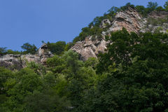 Montanha das rochas e das árvores Fotografia de Stock Royalty Free
