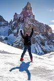 Montanha de aumentação Ski Skier Back da neve dos braços do homem Fotos de Stock Royalty Free