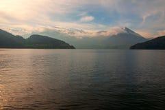 Montanha de Buochserhorn vista de um barco de passageiro imagens de stock