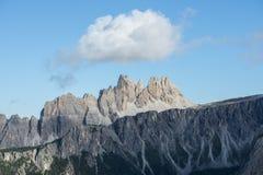 Montanha de Croda a Dinamarca Lago, céu azul com nuvens, dolomites, Vêneto, Itália Imagem de Stock Royalty Free