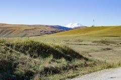 Montanha de Elbrus do panorama da paisagem com montes do outono Fotos de Stock Royalty Free