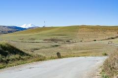 Montanha de Elbrus do panorama da paisagem com montes do outono Fotografia de Stock Royalty Free