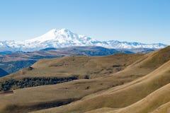 Montanha de Elbrus do panorama da paisagem com montes do outono Imagens de Stock Royalty Free