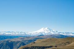 Montanha de Elbrus do panorama da paisagem com montes do outono Imagem de Stock Royalty Free