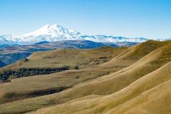 Montanha de Elbrus do panorama da paisagem com montes do outono Foto de Stock