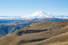 Montanha de Elbrus do panorama da paisagem com montes do outono Foto de Stock Royalty Free