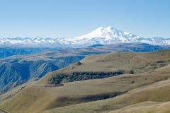 Montanha de Elbrus do panorama da paisagem com montes do outono Fotos de Stock
