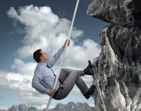 Montanha de escalada do homem de negócios Imagens de Stock