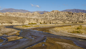 Montanha de fluxo do throug do rio Imagens de Stock