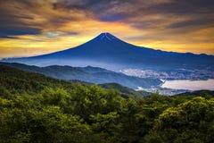 Montanha de Fuji e cidade na noite do verão no crepúsculo, lago de Fujikawaguchiko Kawaguchi, Japão Fotografia de Stock Royalty Free