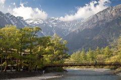 Montanha de Hotaka e ponte do kappa-bashi em Kamikochi, Nagano, Japão Imagem de Stock Royalty Free