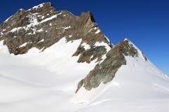 Montanha de Jungfrau em Switzerland coberto com a neve Fotos de Stock Royalty Free