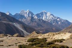 A montanha de Kangtega e de Thamserku ajardina, região de Everest Imagens de Stock