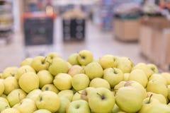 Montanha de maçãs amarelas na loja ricos do alimento na fibra o fruto o mais útil imagens de stock royalty free