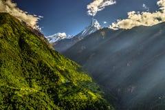 Montanha de Machapuchhare e vale de Modi Khola imagem de stock