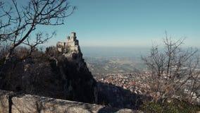 Montanha de Monte Titano com torre de Guaita e vista em San Marino filme
